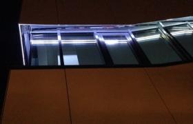 Detail okien v noci