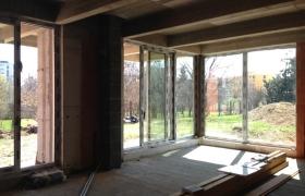Budúca obývačka s výhľadom do záhrady