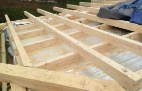 Z výstavby – Skladba obrátenej šikmej strechy obývačky zvrchu